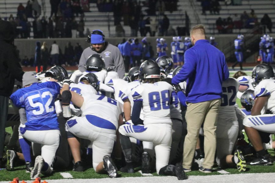 The+Wildcats+kneel+in+prayer+after+linebacker+Arthur+Jordan+went+down+with+a+serious+injury+in+the+third+quarter+of+the+District+Semifinal+against+Ladue.